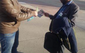 نشطاء حقوقيون يوزعون بطاقات امام مقر الامم