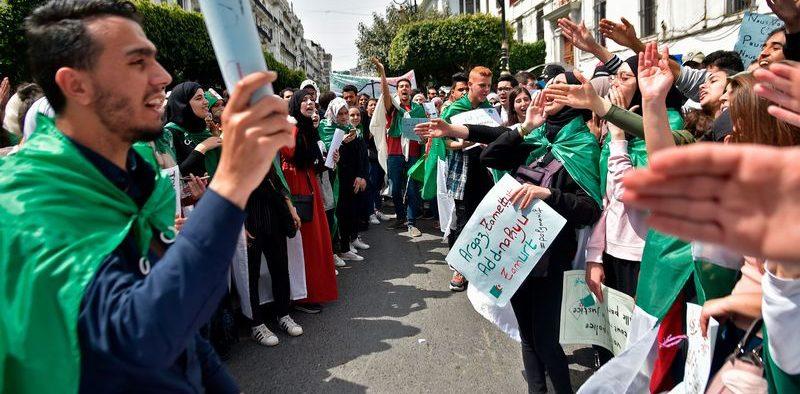 رئيس أركان الجيش الجزائري يحذر المتظاهرين من تمادي مطالبهم
